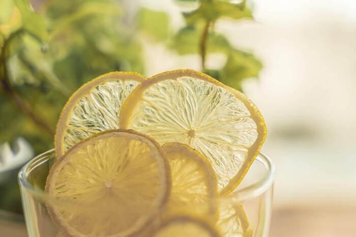 体に嬉しい効果の多いレモン水ですが、飲みすぎには要注意です。 酸の摂りすぎで胃などの消化器官が荒れる恐れがあります。 1日2杯程度を目安にしましょう。