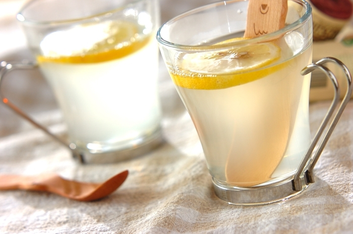 甘味が欲しい方は蜂蜜を入れてレモネードにしてみましょう。 また、冷たい水より、あたたかい白湯で作るほうが代謝アップや便秘解消によるデトックス効果が期待できるので、蜂蜜を熱湯で溶かして少し冷ましてからレモン汁を加えると良いでしょう。