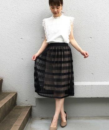 プチハイネックのノースリーブトップスです。上品なレーストップスのエレガントな雰囲気を最大限に活かすために、透け感のある黒のスカートをチョイス。