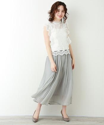 ヴィンテージ感のある白のレーストップスにプリーツスカートを合わせて、大人可愛いスタイルに。白の魔法で顔がパッと明るく見えるだけでなく、華やかさもプラスされます。
