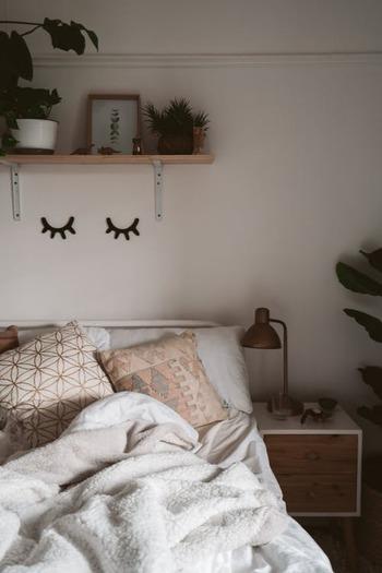 寝る直前までだらだらとスマホに触れていませんか? 寝る数時間前にスマホを断つことで、脳の覚醒を防ぐことができます。ゆったりとリラックスした脳の状態は、睡眠の質を向上してくれるのはもちろん、心地良い目覚めにも繋がるんです。