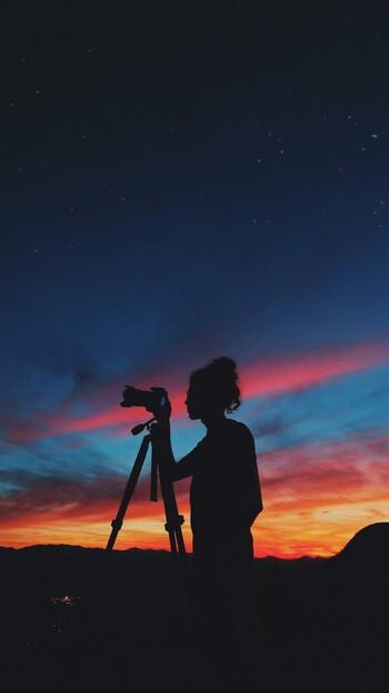 手振れしやすい夜の撮影には、三脚を使用するのがオススメ。構図も決めやすくなるので、写真のクオリティが一気に上がります。場所によっては三脚使用を禁止している所もあるので、持っていく時には事前にしっかり確認しましょう。