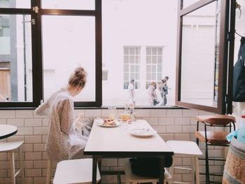 何事も始めから無理をするのは、逆にストレスになってしまいます。そのため、まずは以下のようにマイルールを設けてみるのがおすすめ。  ・このカフェで過ごす時は使わない ・友人と過ごす時はスマホに触れない ・通勤中は電源をオフ  ひとつクリアできたらまた違う時間や期間を設定して、少しずつスマホから離れていきましょう。