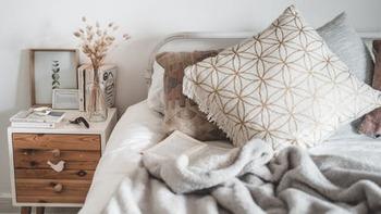 「時間を決めても、どうしてもスマホを触ってしまう」という方は、物理的にスマホとの距離をとってみましょう。寝室に持ち込まなければ睡眠の質の向上。リビングに持ち込まなければ家族とのコミュニケーションの充実。各部屋ごとに、さまざまなメリットがあるのが分かりますね。