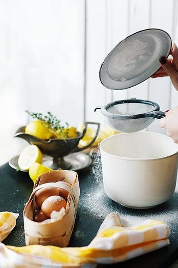 リズミカルに野菜を切ったり油が勢いよく爆ぜたりなど、料理は五感をフルに使うことができる作業のひとつ。音をはじめ、手触りや香りなど、その食材にしかない特徴をしっかり味わってみてくださいね。