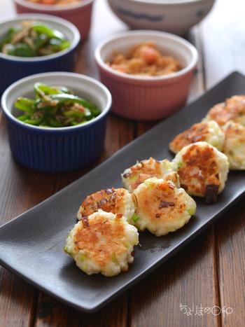 材料もシンプルで混ぜて焼くだけで簡単なのに、箸が進む美味しい一品です。 チーズとはんぺんの香ばしくて優しい味わい、そしてネギの食感も良いアクセントになっています。  差し油をしながら両面をこんがり焼きあげましょう。