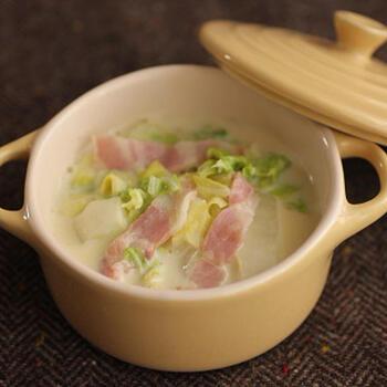 こちらは調理時間5分のスピードメニューです。白菜とベーコンの組み合わせは冬のスープにぴったり。なお、豆乳を使ったほっこり味で、コンソメと塩こしょうだけのシンプル味付け。豆乳が分離しないように、加熱しすぎないことがポイントです。