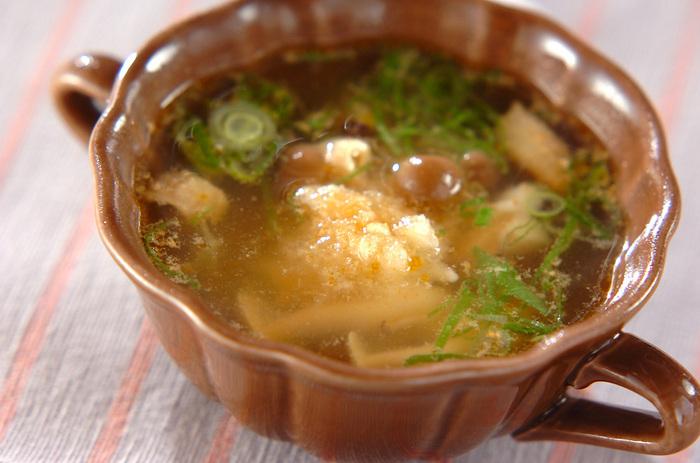こちらは、チキンのうまみたっぷりのスープです。鶏もも肉は1cm角に小さく切りましょう。ラップをかけて加熱しますが、容器にぴたっと被せるのではなく、ラップをくしゃっと丸めてからスープの水面に落としてかけるのがコツ。調味料は後からかけるので、お好みで調整できますよ♪