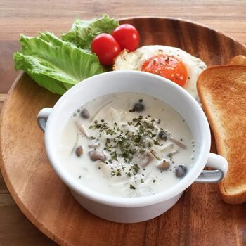 牛乳のとろりとしたスープが恋しいときには、こちらがおすすめ。小麦粉を加えることでとろみが付きます。小麦粉を牛乳とよく混ぜ合わせるのがコツ。加熱のときに吹きこぼれやすいので目を離さないようにしましょう。きのこはお好みの種類でアレンジしても良いですね♪