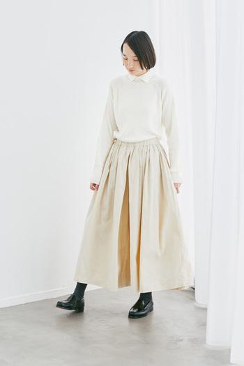 ほどよいフィット感が心地よいリブニットプルオーバー。小さめの襟が品のあるきちんと感をさりげなくプラスしています。細畝のコーデュロイ生地をたっぷりと使ったボリューム感のあるワイドパンツは、スカートをはいているかのような裾にかけて広がるシルエットが印象的。ニット&コーデュロイのあたたかみのある素材感に、淡いワントーンの組み合わせで、より優しい着こなしに仕上がります。