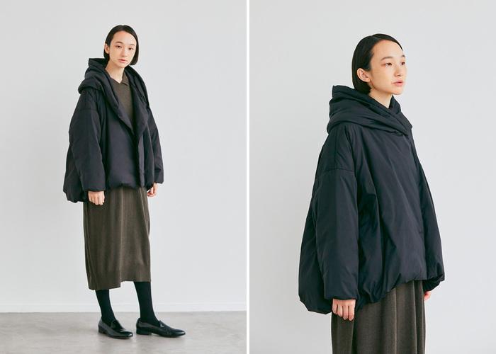 ショールカラーから続く大きめのフードと、丸みを帯びた立体感のあるバルーンシルエットが特長のダウンジャケット。首元までしっかりと覆ってくれて、寒さ対策もばっちり。マットな素材感とステッチが表に出ないデザインで、スポーティになり過ぎないところも◎。ヒップが隠れる絶妙な丈感で、ワンピースやスカートなど女性らしい着こなしとも好相性です。