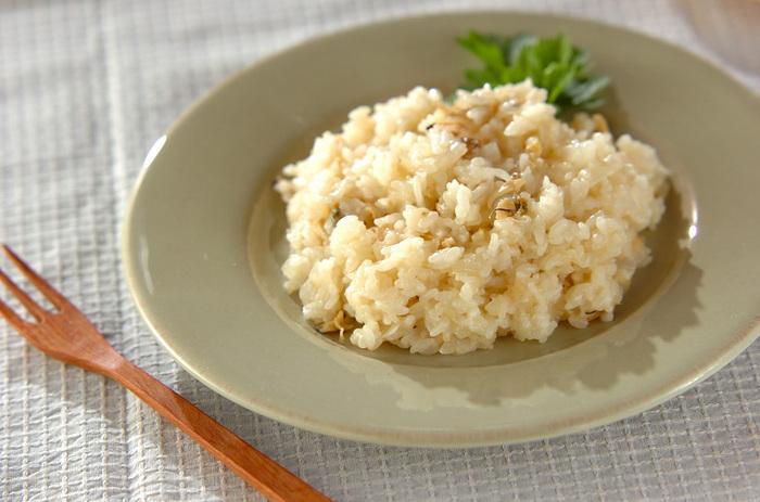 電子レンジを使って、生のお米からリゾットを作ることもできますよ。お冷やご飯がないときには、生米から作る方法を参考にしてみてください。その分時間はかかるので、加熱時間に余裕をみておくことがポイント。こちらのレシピでは約15分ほど、途中で混ぜながら加熱していきます。アサリのスープがおいしい本格派の味わい♪