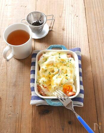 ボリューミーなグラタンにおすすめのレシピ、食パンを使ったパングラタンです。こちらは、小麦粉とバター、牛乳を使った本格的なホワイトソースですが、電子レンジで作れるのでとってもお手軽。具材は、ゆで卵やブロッコリー、ソーセージなどのほか、おうちにあるものでアレンジしてOKです♪