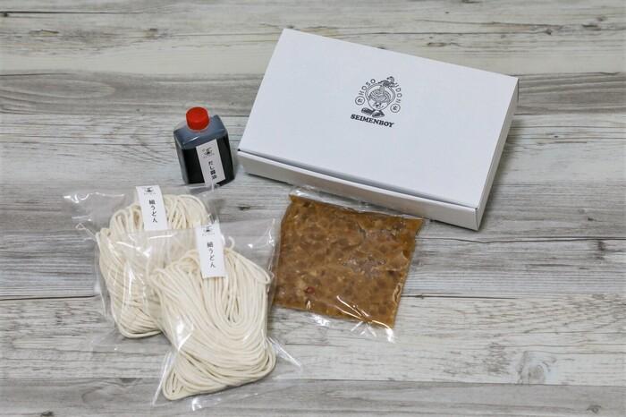 「松谷製麺」の看板メニューである釜玉ラー油が自宅で楽しめるセットです。細うどんとだし醤油、自家製ラー油が付いていて、後は卵を加えるだけ。