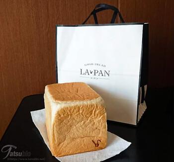 世界中から厳選した小麦粉を使用。乳製品やハチミツのほんのりとした甘さとクリーミーさを楽しめます。うさぎの焼印が可愛いですね。