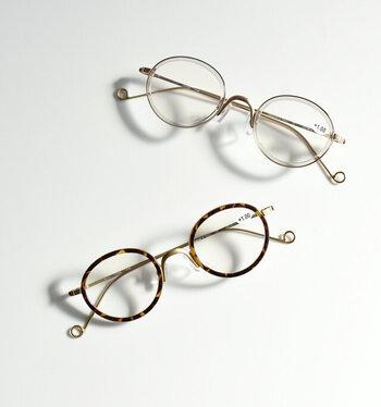 こちらは、ブルーライトとUVカットの機能を備えた老眼鏡です。美しい丸みを帯びたデザインで、テンプルエンドも個性的。