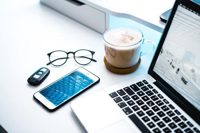最近オンラインが増えてない?健康を守る「ブルーライトカットメガネ」の選び方