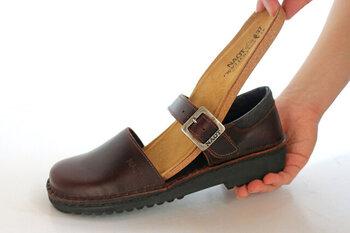 甲部分はベルト仕様で足に合わせて微調整が可能。日々の着脱はスナップボタンでラクラク。しっかりと足を固定し、バツグンのフィット感で足元をサポートしてくれます。