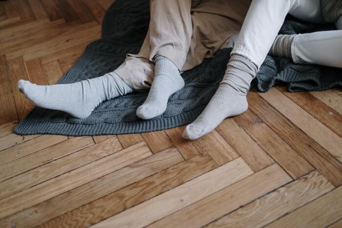 弾性ストッキングや靴下は足に外から圧力をかけるため、足の血管から水分が外の細胞間へと逃げ出しにくくなります。そのため長時間足を静止していてできるようなむくみには効果的です。