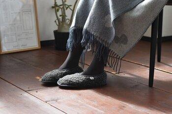 柔らかく足全体を包み込むカバータイプも冷えを感じやすい女性には嬉しいデザインです。履きやすさや保温力など、見た目以外にも自分に合ったルームシューズを選んでくださいね。