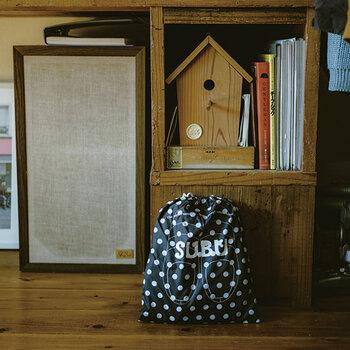 厚みのあるソールで、床からの冷気をしっかり防いでくれますし、疲れにくい。サンダルと同柄の保管用シューズバッグ付きで、シーズンオフにもおしゃれに収納できます。