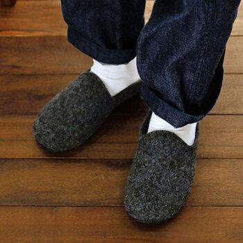 しっかりとしたつくりなので、スリッパというよりはシューズ感覚で履けます。突然の来客時もだらしない印象になりませんね。