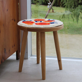 薄いのに防寒に役立つチェアパッド。1枚敷くだけで、冷たい椅子の感触から解放されます。デザインのバリエーションも豊富で、インテリア性が高いあったかグッズです。