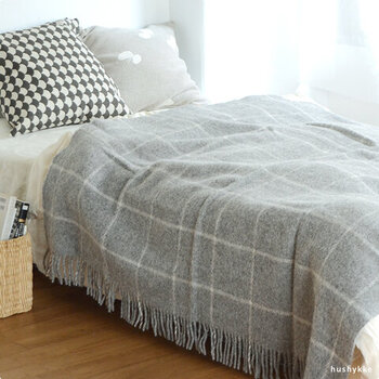 大判のブランケットは、ベッドカバーとしても使えます。一枚布団の上にかけるだけで、保温力が高まり朝までグッスリ快適な睡眠時間を促してくれます。