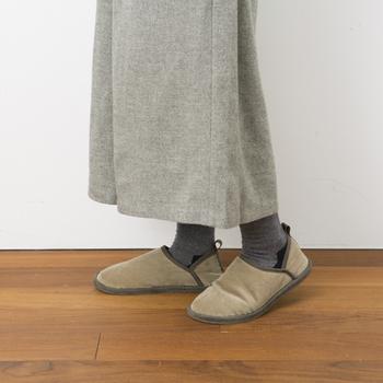 外履きの靴のような安定感と、ふわふわのクッションに包まれるような暖かさを兼ね備えた、スリッパ以上外履き未満のルームシューズ。