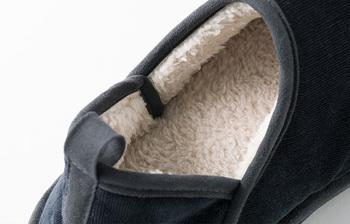 かかとまですっぽり包み込まれとっても暖か。中綿には特殊セラミックスによる発熱機能と抗菌防臭性を備えた特殊素材、内側にはふかふかのボアを使用。