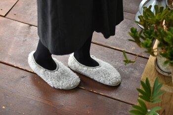 羊さんのようなモフモフのボアで、履いた姿がとってもキュート。ウール100%で保温性に優れ、とっても暖かです。