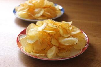 じゃがいもを使ったおやつといえば、ポテトチップスが定番ですよね。大きめのじゃいも2~3個を使うと、ポテトチップスが2皿分もできるんです。 手づくりのポテトチップスの作り方をおさえれば、市販とは違うアツアツの出来立てを食べられるのもうれしい♪気になる食塩などを抑えられるのもメリットです。