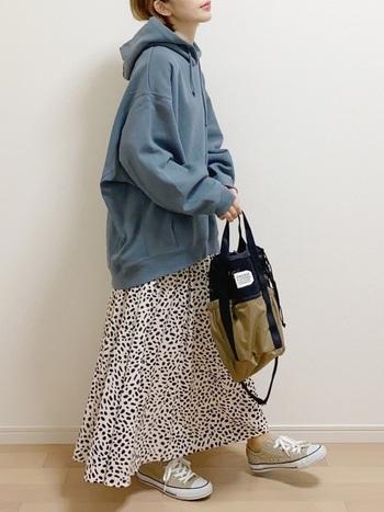 メンズライクなブルー・グレーは、たっぷりフレアなスカートの甘さを抑えて、ちょうどよいバランスに仕上げてくれます。 柄物とも好相性なので、いろんなスカートにチャレンジできそう。小物のベージュともよく馴染んでくれます。