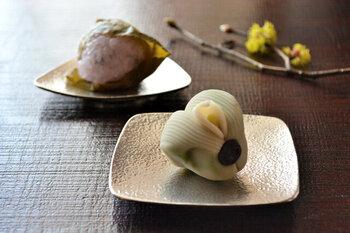 錫のみで作られた小皿は、陶器やガラスとはまた違った輝きを放ちます。銀一色で高級感があり、お菓子がより美味しそうに見えますね!形は四角と三角の2種類あります。