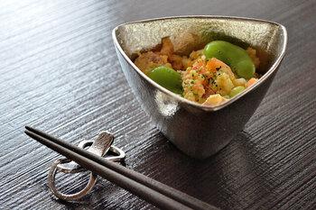 小鉢は深さがあるので、副菜を盛り付けるのにぴったり。錫は抗菌効果があり、錆びにくいので安心して使えます。長く愛用したくなる器ですよ。