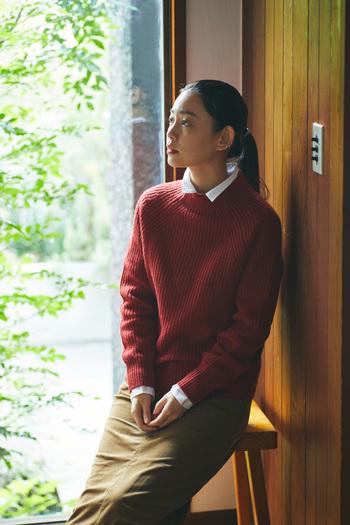 立体的なボリューム感がある畦編みモックネック。今季は差し色になる赤をチョイスして暖かみのある大人カジュアルに仕上げましょう。ほっこりし過ぎないようインナーにシャツをしのばせて。モックネックから覗く襟がきちんと感を与えてくれます。