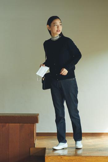 着こなしの幅が広がる定番の「ヤク混ウール クルーネックカーディガン」。薄手でしなやか、柔らかい着心地のカーディガンは、一枚あると便利なアイテムです。これからの時季はインナーにハイネックなどを合わせて、ボタンを閉めてトップス風に着方をアレンジすることも。