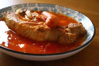 骨からお出汁が出るのでぜひ、骨つき肉を選んでください。骨がはずれるまで煮るとお肉はホロホロに。塊のお肉もスプーンで簡単に取り分けることができます。