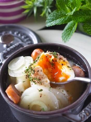 スープに卵が丸ごと1コ入っていてインパクト大。ほかの具材も大きく切るのがポイント。卵の黄身を崩し、絡めながら食べれば笑顔がこぼれます。