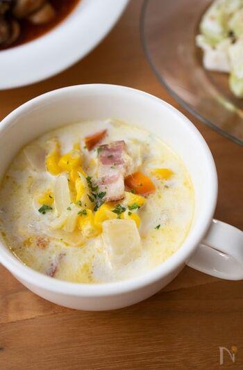 子供が喜ぶミルク×コーンの組み合わせ。ホールタイプのコーンを使うことで噛みごたえがでて、満足度も上がります。白と黄色の取り合わせが見た目にもかわいいスープです。