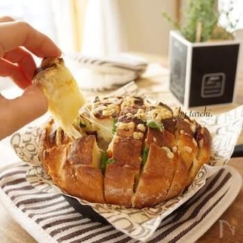 ちぎりパンの外国版ともいえるプルアパートブレッド。パンにじゅんわりガーリックバターが染みて、みんなでワイワイ言いながらつまみたい一皿です。
