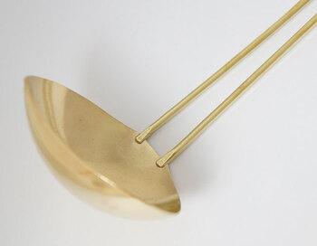 細部まで細かく作られたデザイン性のあるレードルは、和洋どちらの鍋料理にも似合い、経年劣化を楽しめる真鍮製なので、変化を楽しみながら長く愛用できます。