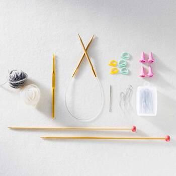棒針などの編み物ツールや作り方説明書、台紙などが届き、まずは基本の「表編み」と「裏編み」を練習。毎回、編み物の必須道具や、あると便利な道具が届くのも楽しみの1つ。ツールを揃えることなくいつの間にか、編み物のツールが充実しちゃいます。