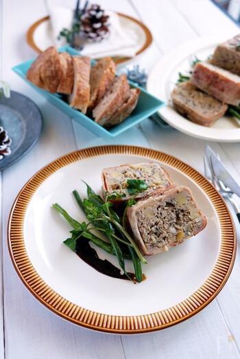 茶色いミートローフには、緑の野菜を添えると見栄えがよくなります。インゲンやクレソンなど細長い野菜はミートローフの下に敷き詰めたり、ひとつずつ切り分けた際には、ソースはあえて横にさっと垂らすと、まるでレストランのような仕上がりに。