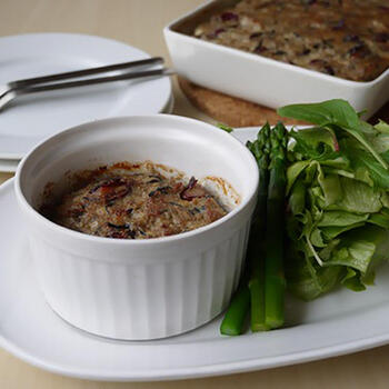 ひじきと金時豆がたっぷり入った、和風な味わいのミートローフ。野菜との相性も良く、サラダとともにドレッシングをかけて食べるのもおすすめです。ココットに入れて焼くと印象も変わってかわいい仕上がりに。