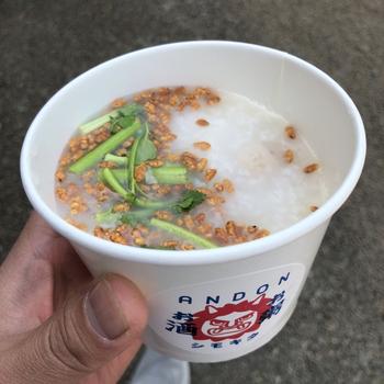 ヘルシーで心も体もホッと安らぐお粥。秋田県の比内地鶏を使った出汁で炊いたお粥には、お好みのトッピングを入れることもできますよ。ショッピングの合間や仕事で疲れた時など、癒されたいときにオススメです!
