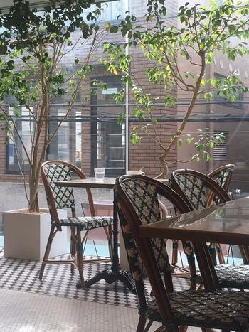 東急百貨店の近くにある「LIBERTÉ PÂTISSERIE BOULANGERIE (リベルテ・パティスリー・ブーランジェリー)東京本店」は、1階がパティスリーとブーランジェリー、2階がカフェスペースになっています。パリの街角にあるカフェのような雰囲気。