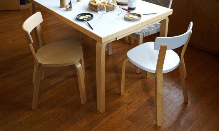 横幅は44cm、低めの背もたれとコンパクトな座面のおかげで、空間を窮屈に感じさせません。シンプルなデザインはどんなテイストのインテリアにも馴染み、日本の住空間にもすんなりマッチしてくれます。