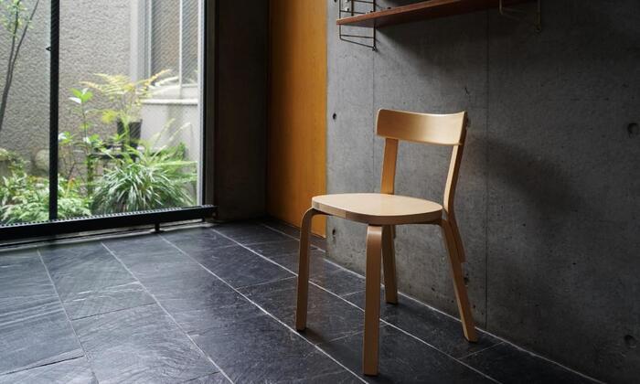 北欧を代表する建築家兼デザイナーのアルヴァ・アアルト氏によって1935年に発表されたアルテックのチェア69。北欧の街や家庭では当たり前のように使用されていて、今や世界中の人々に愛用されている名作チェア。