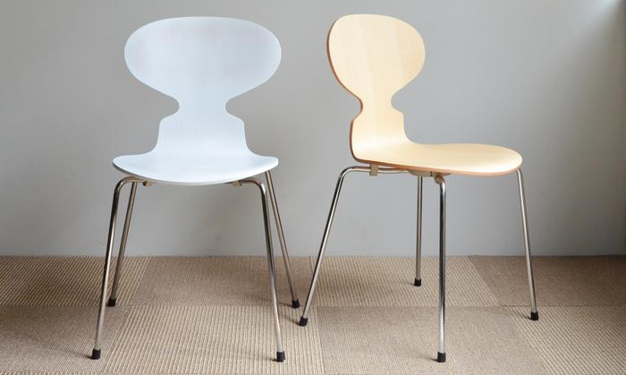丸い大きなテーブルにできるだけたくさん並べられるように、もともとは前が1本後ろが2本という3本脚で設計されました。のちほど、安定性が考慮され4本脚のタイプも発売されることに。